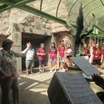 7_Sadziedāšanās PIE MONTSERRATAS BAZILIKAS- ar kori no Katalonijas dziedam viņu Dievmātes dziesmu  VIROLAI